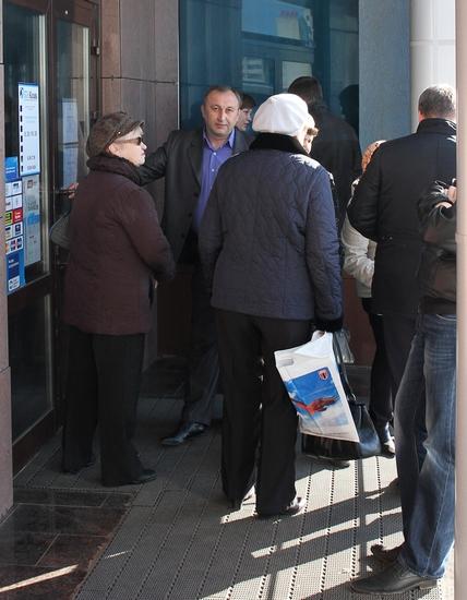 Толпа у офиса банка БТА-Казань