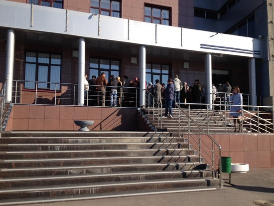 Очередь у главного офиса банка БТА-Казань утром